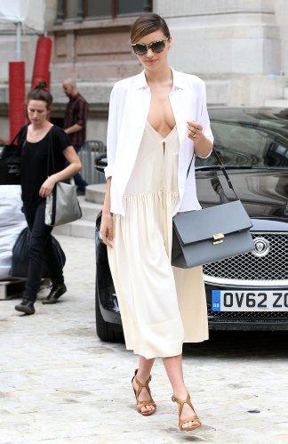Miranda-Kerr-worked-her-model-off-duty-look