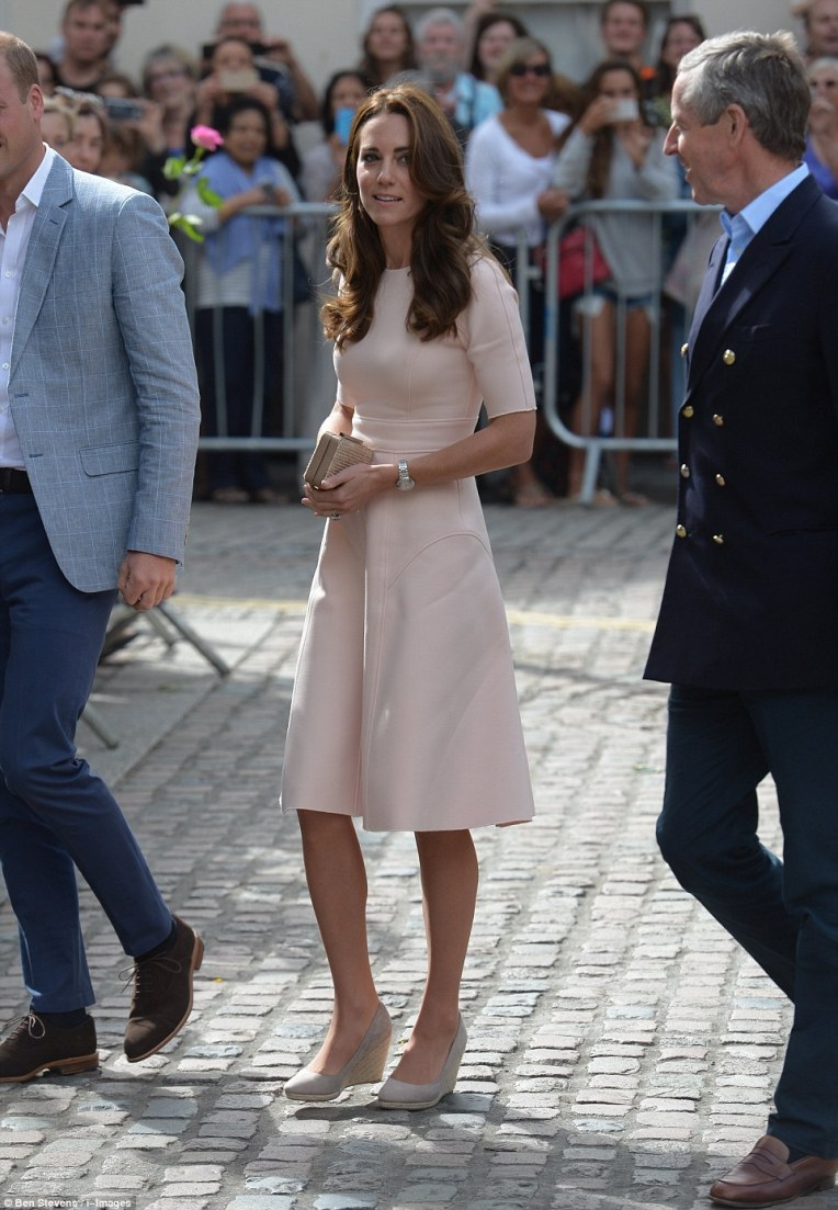 37ca39da00000578-3768483-the_duchess_looked_the_picture_of_elegance_in_a_pale_pink_dress_-m-61_1472729353681